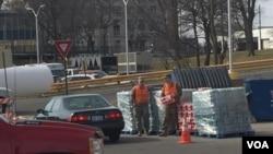 Photo d'archives : Des bénévoles s'organisent pour distribuer de l'eau embouteillée aux résidents de Flint, Michigan, après le scandale d'eau contaminée au plomb. (K. Farabaugh / VOA)