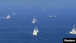 中国海警船和渔政巡查船和日本海上保安厅巡视船艇2012年9月18日出现在东中国海有争议岛屿27公里外