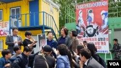 탈북자 단체가 북한자유주간 행사의 마지막 일정으로 전단 살포를 위해 모인 가운데, 박상학 자유북한운동연합 대표가 기자회견을 하고 있다.