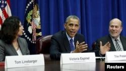 환태평양경제동반자협정 TPP 타결 다음날인 지난달 6일 바락 오바마 미국 대통령(가운데)이 농무부 지도자들과 가진 회의에서 TPP 타결과 관련해 발언하고 있다.