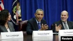 바락 오바마 미국 대통령(가운데)이 6일 농무부 지도자들과 가진 회의에서 TPP 타결과 관련해 발언하고 있다.(자료사진)