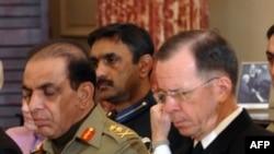 Tham mưu trưởng quân đội Pakistan, tướng Ashfaq Kayani, trái, và Đô đốc Mỹ Michael Mullen trong 1 cuộc họp Đối thoại Mỹ-Pakistan tại Bộ Ngoại giao ở Thủ đô Washington