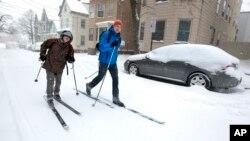 Hai người bạn phải sử dụng đồ trợt tuyết để di chuyển trên đường phố của Portland, Maine