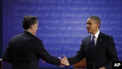 ປະທານາທິບໍດີ Barack Obama ແລະ ທ່ານ Mitt Romney ຈັບມືກັນ ຫລັງຈາກການໂຕ້ວາທີ ຄັ້ງທໍາອິດ ທີ່ນະຄອນເດັນເວີ ລັດໂຄໂລຣາໂດ ເມື່ອວັນທີ 3 ຕຸລາ 2012.