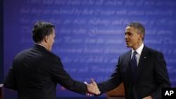 Mit Romni i predsednik Obama rukuju se pred početak svoje prve javne debate