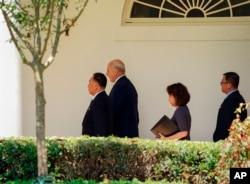 미국을 방문 중인 김영철 북한 노동당 부위원장이 지난 1일 백악관에 도착해, 도널드 트럼프 대통령과 만났다. 이날 김 부위원장은 김정은 북한 국무위원장의 친서를 전달했다.