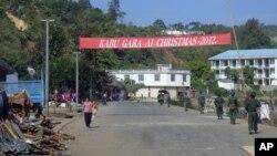 Binh sĩ của Đạo quân Độc lập Kachin tuần phòng trong thành phố Laiza, ở đông bắc Miến Điện, 4/1/13
