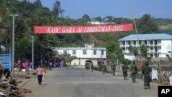 Tentara pemberontak 'Kachin Independence Army' melakukan patroli di kota Liaza, negara bagian Kachin (Januari 2013).