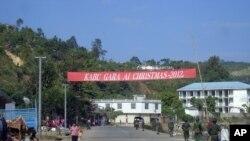 2013년 1월 4일 버마 북동부 라이자시의 중심가에서 순찰 중인 카친족 반군 병사들 (자료사진)