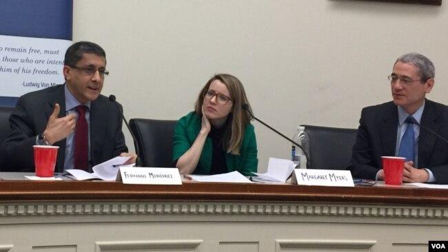 安全自由社會中心高級研究員梅內德斯(左一)和中國問題觀察家章家敦(右一)2月27日在華盛頓討論中國在拉美影響力(美國之音葉林攝)