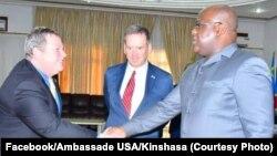 Ntoma to ambassadeur ya Etats-Unis, Mike Hammer (G), elongo na mokambi ya USAID Mark Green (C), na bokutani na mokonzi ya mboka Félix Tshisekedi, na Cité ya union Africaine, Kinshasa, 19 août 2019. (Facebook/Ambassade USA/Kinshasa)