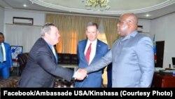 Ntoma to ambassadeur ya Etats-Unis, Mike Hammer (G), elongo na mokambi ya USAID Mark Green (C), n a bokutani na mokonzi ya mboka Félix Tshisekedi, na Cité ya union Africaine, Kinshasa, 19 août 2019. (Facebook/Ambassade USA/Kinshasa)