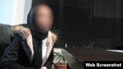 تصویر یکی از زنان بازداشت شده در سالن تتوی مختلط