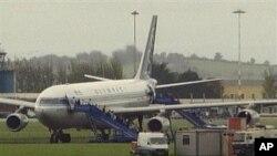 Ирландия. Высадка пасажиров из заминированного самолета. Архивное фото.