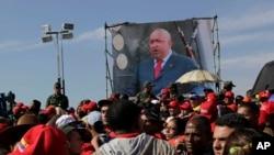 Isanamu ya Video ya president w'igihugu ca Venezuela, Hugo Chavez imbere y'ishule kaminuza rya gisirikare