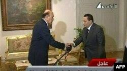 Хосни Мубарак поздравляет бывшего главу египетской разведки Омара Сулеймана после назначения на пост вице-президента