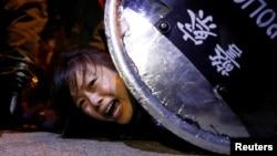 资料照:一名香港反送中抗议者被香港防暴警察压倒在地。(2019年9月2日)