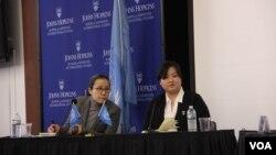 미국에 정착한 탈북자 조진혜 씨(오른쪽)가 지난 2013년 10월 워싱턴에서 열린 유엔 북한인권 조사위원회 청문회에서 증언하고 있다. 조 씨는 다른 탈북자들의 정착을 지원하는 활동을 하고 있다. (자료사진)