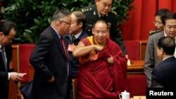 中國政協代表、第十一世班禪額爾德尼·確吉傑佈在北京人民大會堂與其他代表一起出席政協會議開幕。(2017年3月3日)