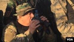 Afg'oniston Vitse-Prezidenti general Abdul Rashid Do'stum (markazda) harbiy amaliyotni ko'zdan kechirmoqda. Faryob, Afg'oniston.