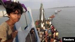 Thuyền chở đầy người Rohingya và Banglesh được ngư dân Aceh kéo vào bờ ở Julok, tỉnh Aceh province, ngày 20/5/2015.