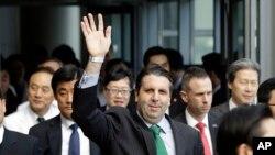 마크 리퍼트 주한 미국대사가 지난 10일 입원했던 서울 세브란스 병원에서 퇴원하면서 손을 흔들고 있다.