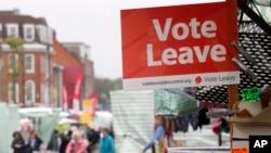 """2016年6月1日伦敦市场摊位""""投票离开""""标牌。(资料图)"""