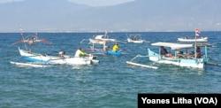 Para nelayan yang berada diatas perahu meraka dalam kegiatan upacara bendera memperingati HUT ke-74 RI di Kelurahan Mamboro, Palu Utara, Kota Palu, Sulawesi Tengah, Sabtu, 17 Agustus 2019. (Foto: Yoanes Litha/Terkini.com)
