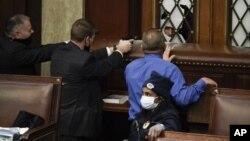 Озброєні охоронці у Сенаті націлюють зброю на протестувальників, які прориваються до зали Капітолію, 6 січня 2021 (AP Photo/Manuel Balce Ceneta)