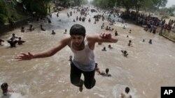 برخی مردم برای فرار از گرما، روز را در کنار رودخانه ها و آب بازی سپری می کنند.