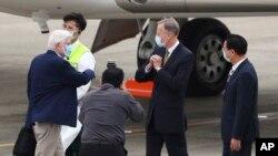 Dari kiri, mantan senator AS Chris Dodd, disambut oleh Brant Christensen direktur American Institute di Taiwan (tengah) dan Menteri Luar Negeri Taiwan Joseph Wu (kanan) setibanya di Taipei, Taiwan, Rabu, 14 April 2021. (Pool Photo via AP)