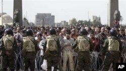 Des manifestants anti-Moubarak priant, vendredi, sur la Place Tahrir, au Caire