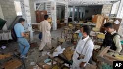 Para pejabat Pakistan memeriksa lokasi pemboman di Mardan (2/9). (AP/Mohammad Sajjad)