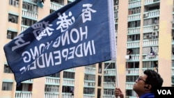 香港团体在中学校园外竖起支持香港独立的旗子。(美国之音特约记者汤惠芸拍摄 2017年11月24日)