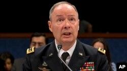 Kepala Badan Keamanan Nasional Amerika (NSA), Keith Alexander, mengatakan bahwa program pengintaian AS mencegah lebih dari 50 serangan teroris (foto: dok).
