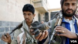 Anggota pasukan suku di Yaman yang anti pemerintah di kawasan Al Nahda, ibukota Sana'a (24/9).