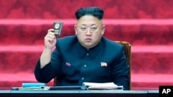 Pemimpin Korea Utara Kim Jong-un di hadapan sidang parlemen di Pyongyang (Foto: dok). Media pemerintah Korea Utara tidak memberitakan penampilan Kim Jong-un di hadapan publik sejak menghadiri konser bersama istrinya pada 3 September yang lalu.