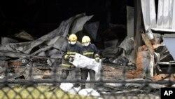 Des pompiers sur les lieux de l'incendie d'un abattoir de volailles dans la province de Jilin dans le nord-est de la Chine le 3 juin 2013, ayant fait au moins 119 morts. (AP Photo)
