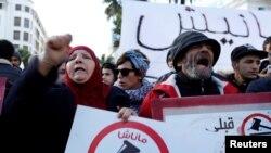 Para pengunjuk rasa meneriakkan slogan menentang kenaikan harga dan pajak di Tunis, Tunisia, 13 Januari 2018.