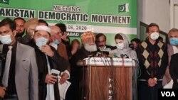 مولانا فضل الرحمن اسلام آباد میں پی ڈی ایم کے اجلاس کے بعد فیصلوں کا اعلان کر رہے ہیں۔ 8 دسمبر 2020