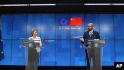 歐洲理事會主席米歇爾(右)與歐盟委員會主席馮德萊恩在與中國領導人舉行了視頻峰會後在布魯塞爾舉行記者會。(2020年6月22日)