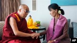 Dalai Lama saat bertemu Aung San Suu Kyi di London, 2012. (AP/Jeremy Russell)