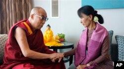 Nobel ၿငိမ္းခ်မ္းေရးဆု႐ွင္ တိဘက္ဘုန္းေတာ္ႀကီး Dalai Lama ႏွင့္ ေဒၚေအာင္ဆန္းစုၾကည္ ၂၀၁၂ တုန္းက ေတြ႔ဆံုစဥ္