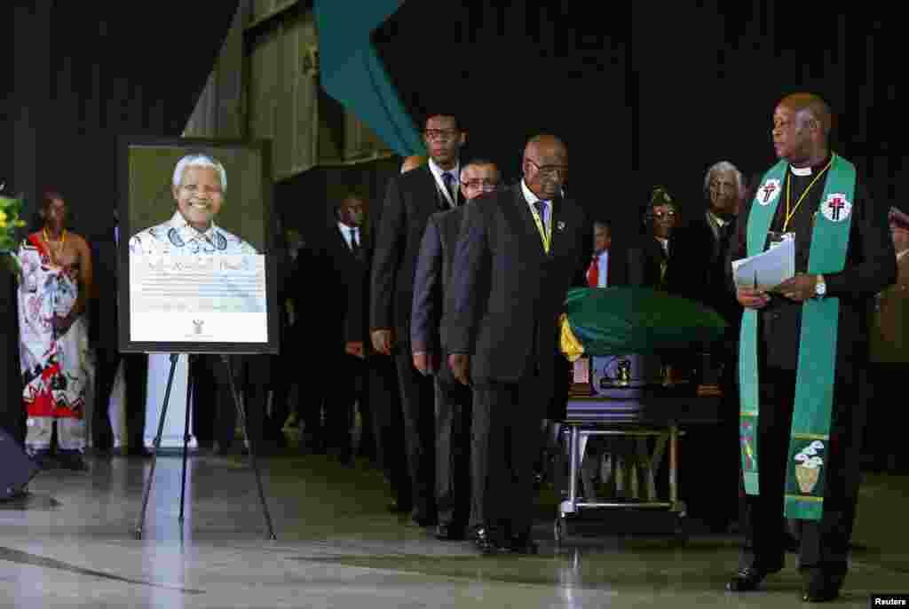 جنوبی افریقہ کے رہنماء کی میت عام دیدار کے لیے پریٹوریا کی سرکاری عمارت یونین بلڈنگ میں تین روز کے لیے رکھی گئی تھی۔