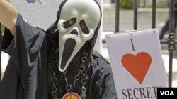 Seorang warga memegang plakat bertuliskan 'Saya Suka Rahasia' dalam demonstrasi anti-Undang-undang Kerahasiaan di Cqpe Town, Afrika Selatan, (11/22).
