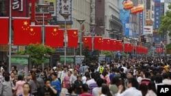 Warga memadati pusat perbelanjaan di jalan Nanjing di kota Shanghai, China (foto: dok).
