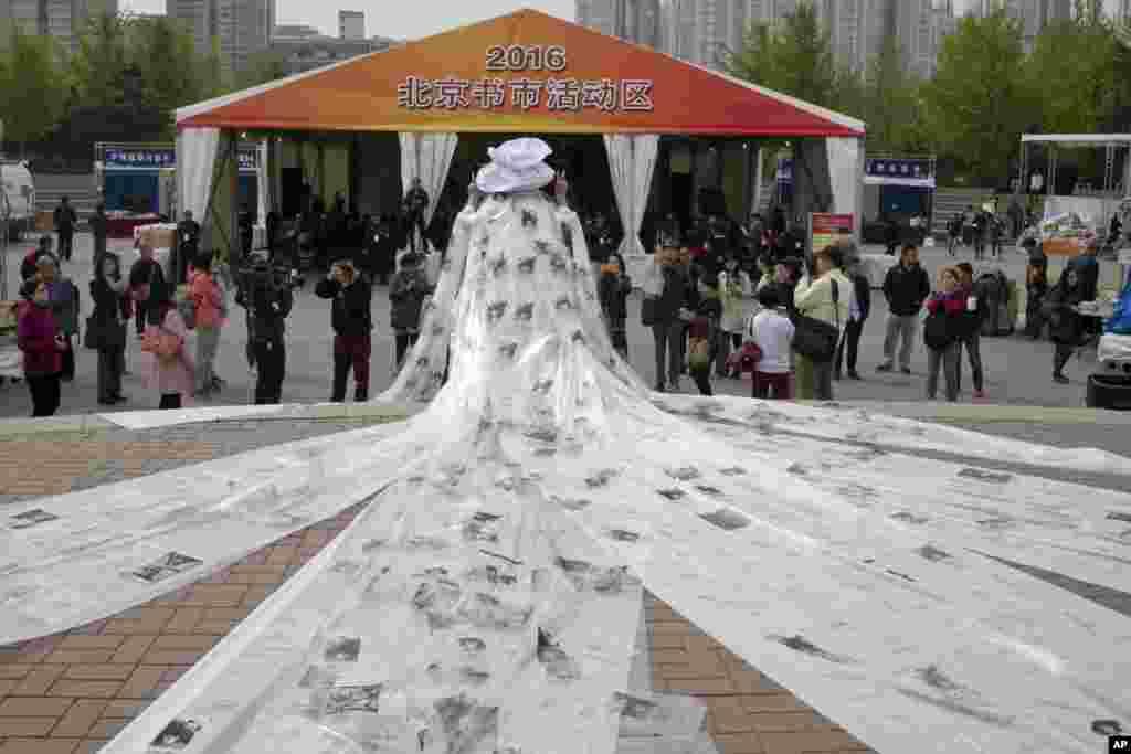 Nghệ sĩ Trung Quốc Khổng Ninh quảng bá những tác phẩm thơ của mình tại một hội chợ sách ở Bắc Kinh.