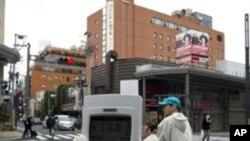일본의 방사능 수준을 측정하는 환경운동가