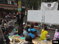 大学教授给抗议学生上课(美国之音张永泰 拍摄)