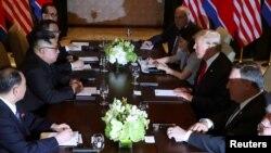 عکسی از جلسه کاری همراهان دو رهبر آمریکا و کره شمالی